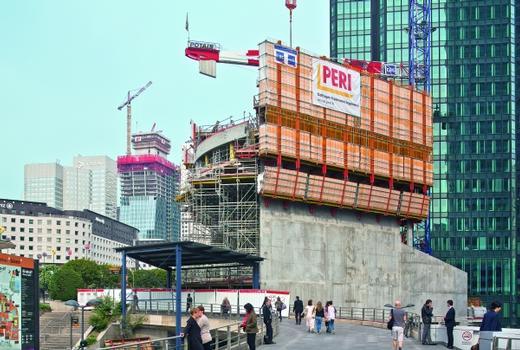 """Der Plan """"La Défense 2015"""" in der Bürostadt vor den Toren von Paris umfasst diverse Sanierungen und Neubauten. Beispiele sind das Hotel Mélia (im Vordergrund) sowie der Tour Majunga (im Hintergrund), dessen Kern mit einer ACS Selbstkletterschalung in die Höhe wächst."""