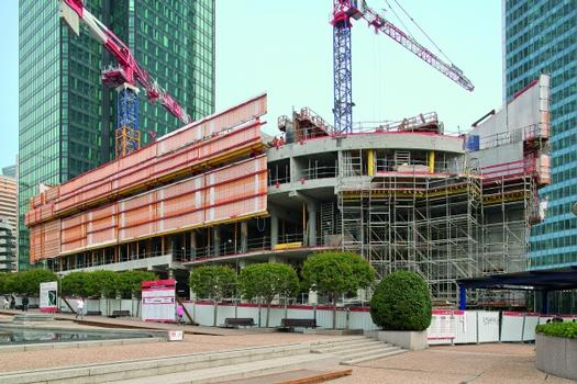 """For the construction of the Hotel Meliá in the """"La Défense"""" office district, Peri developed a comprehensive climbing formwork solution. This serves not only as an enclosure, which ensures the safety of the construction teams at all times, but also it supports the precast parapets during erection"""