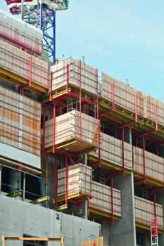 The Peri solution also includes a landing platform that provides fast and safe transport of materials up to the next storeys. : The Peri solution also includes a landing platform that provides fast and safe transport of materials up to the next storeys.