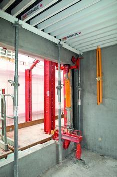 Die Kletterschienen sind an den Brüstungen der Untergeschosse gehalten und zusätzlich auf der Decke fixiert. : Die Kletterschienen sind an den Brüstungen der Untergeschosse gehalten und zusätzlich auf der Decke fixiert.