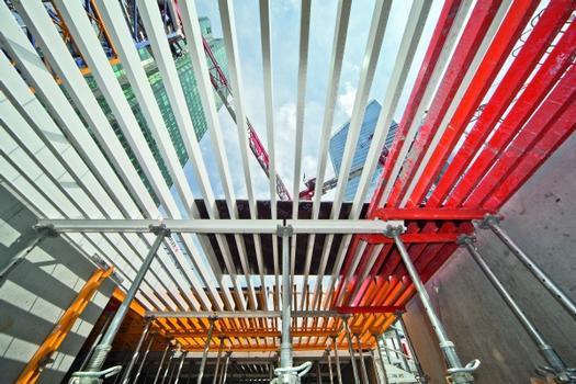 Zur Herstellung der Geschossdecken kommt die Gridflex Träggerrost-Deckenschalung zum Einsatz. Da alle Bauteile von der unteren Deckenebene aus montiert werden, ist ein absolut sicherer Aufbau möglich.