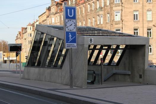 Nürnberg, U-Bahn-Station Friedrich-Ebert-Platz, Zugang von der Straßenbahnhaltestelle in der Platzmitte  : Nürnberg, U-Bahn-Station Friedrich-Ebert-Platz, Zugang von der Straßenbahnhaltestelle in der Platzmitte