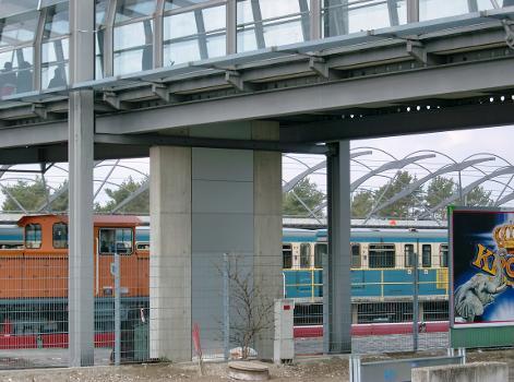 Fußgängerbrücke, U-Bahnhof Fröttmaning, München