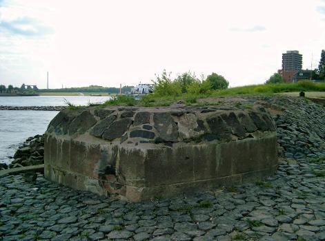 Admiral-Scheer-Brücke, Duisburg –  Vermutliche Reste eines Pfeilers auf der linken Rheinseite