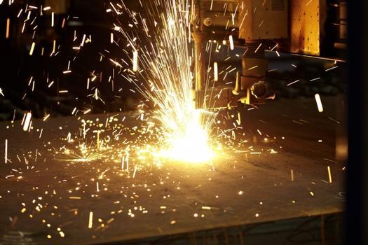 Die exakt nach Kundenvorgaben gefertigten Brennzuschnitte inklusive Schweißnahtvorbereitungen für die Fußplatten werden direkt in die Betonsäulen mit eingeschleudert