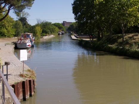 Cesse-Kanalbrücke (Bildmitte) im Kanalverlauf