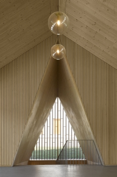 Expressiv und anmutig: Wie gelungen die Gestaltung des Gemeindezentrums in Le Vaud mit Holz ist – die Decken kleiden LIGNATUR-Flächenelemente – belegt unter anderem die Auszeichnung International Wood Award 2019.
