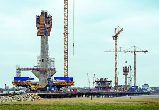 Insgesamt 3 Pylone mit bis zu 125 m Höhe tragen die neue Brücke im Nordwesten Englands etwa 1.000 m über den Mersey River. Zusammen mit den Vorlandbrücken ist die Mersey Gateway Bridge 2.130 m lang. Die projektspezifisch geplante Selbstkletterschalung von PERI sorgte für kran- und witterungsunabhängiges Arbeiten.