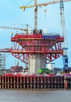 Mit horizontal eingesetzten SB Stützbockeinheiten wurden großzügige Arbeitsebenen gebildet; sie sorgen zudem für die Lastableitung der darüber auskragenden Betonierabschnitte in den Pylonschaft.