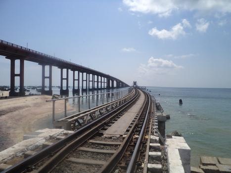 Le pont-rail de Pamban vu de l'appuis sur l'île de Pamban. Le pont-route élevé est visible à gauche
