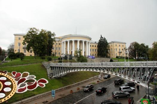 Fußwegbrücke über die Institutsstraße