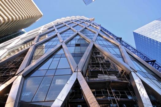 Die Fassade gehört zum Tragwerk des Gebäudes. Eigens entworfene, V-förmig angeordnete Stahlträger leiten einen Teil der Last über Stahlkonstruktionen in den Geschossdecken in den Gebäudekern einleiten.