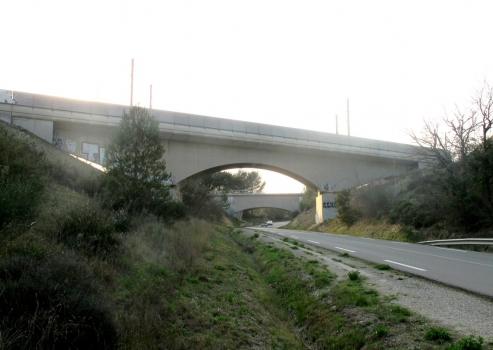 LGV Méditerranée à Valmousse (Lambesc) : Le pont de la LGV Méditerranée au lieudit de Valmousse (PK 677) vu de la route (D 572). En arrière-plan, le pont-canal du canal de Marseille .