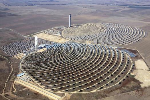 La centrale solaire PS10 au premier plan et la centrale solaire PS20 à l'arrière-plan (en construction). : La centrale solaire PS10 au premier plan et la centrale solaire PS20 à l'arrière-plan (en construction).