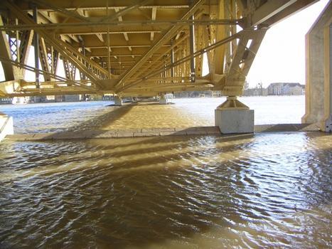 """Die Vorlandbrücke der Elbbrücke Schönebeck bei einem Hochwasserstand von 6,50 m am Elbpegel Schönebeck (0,57 m geringer als das """"Jahrhunderthochwasser"""" 2002). Blick auf das Tragwerk"""