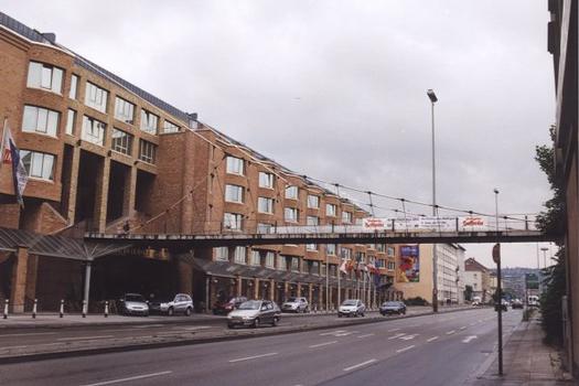 Fußgängerbrücke über die Willy-Brandt-Strasse am Hotel Intercontinental