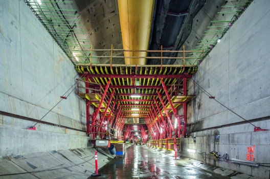 Shuttering and striking processes for the slab are supported by hydraulic components. All formwork carriages were designed with corresponding passageway openings for transporting materials in the direction of the tunnel boring machine.