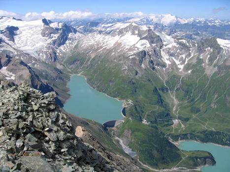 Blick über das obere Kapruner Tal gegen Südwesten, vom Hohen Tenn (3368 m): Stausee Mooserboden mit der Moosersperre und der Drossensperre