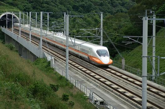 Testzug auf der taiwanesischen Hochgeschwindigkeitsstrecke.