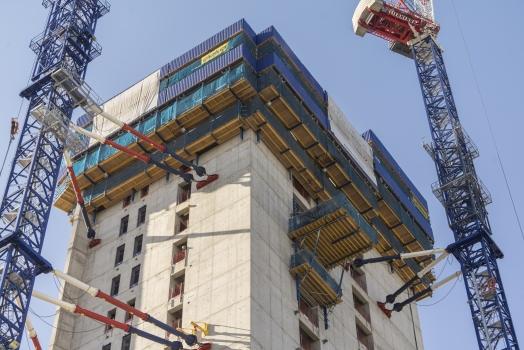Le noyau du bâtiment se divise en trois levées et est érigé avec les coffrages autogrimpants SKE100 plus et SKE50 plus. Tout le côté extérieur d'une levée peut être déplacé d'un bloc vers le haut par des vérins hydrauliques, sans créer d'ouvertures.