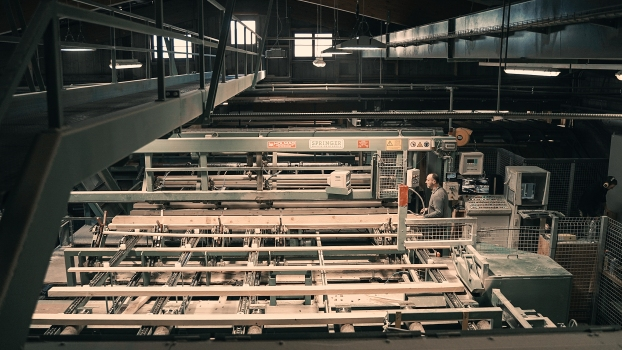 Spruce wood board sorting based on moisture content and grain orientation at Lehamman Holzwerk AG
