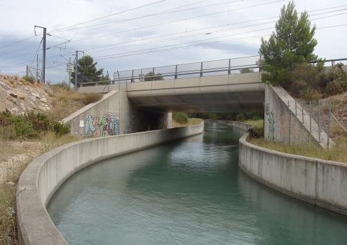 LGV Méditerranée : Le franchissement du canal de Marseille par la LGV Méditerranée à Valmousse, à quelques mètres en amont des ponts du canal et de la LGV sur la D 572.