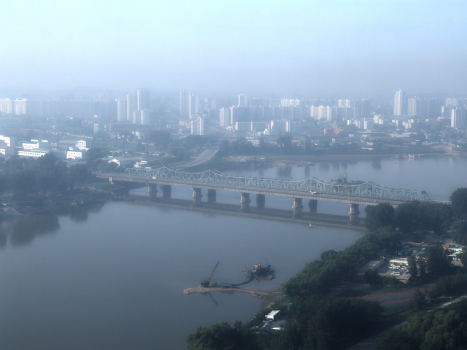 Yanggak-Brücken in Pjöngjang - die Eisenbahnbrücke ist hinter der Straßenbrücke zu sehen