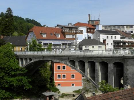 Die Obere Zeller Brücke bzw. Zeller Hochbrücke wurde 1898 von der Gemeinde Markt Zell als Kaiser Franz Josef I-Regierungs-Jubiläums-Brücke erbaut und 1969/1979 renoviert. Sie liegt 17 Meter hoch über der Ybbs und hat eine Spannweite von 44,6 Meter