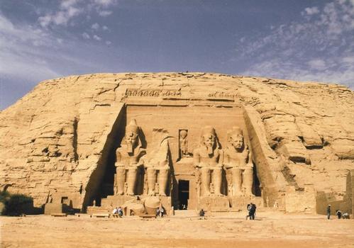 Entrée du grand temple de Ramsès II à Abou-Simbel