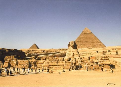 Der Große Sphinx vor der Pyramide des Chephren. Die Pyramide des Mykerinus ist links sichtbar