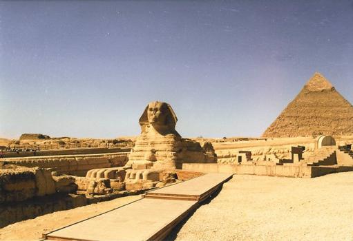 Der Große Sphinx in Giza. Die Pyramide des Chephren ist rechts sichtbar