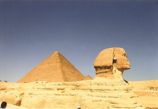 Seitenansicht des Sphinx mit Cheops-Pyramide