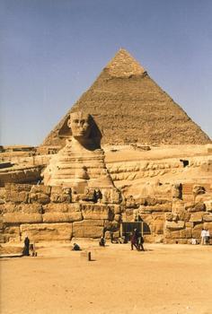 Der Große Sphinx vor der Pyramide des Chephren
