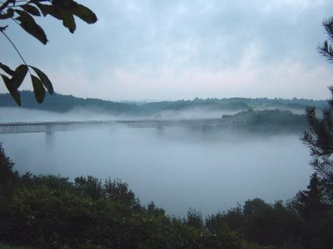 Busseau-Viadukt im Nebel