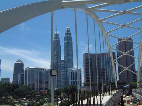 Kuala Lumpur Monorail. Panorama mit den Petronas Towers von der Monorail-Bogenbrücke aus gesehen.