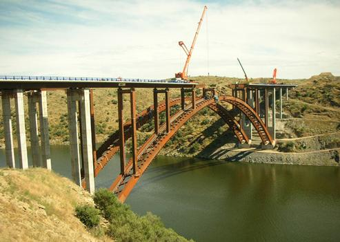 Alconétar Viaduct Deck launching over arch