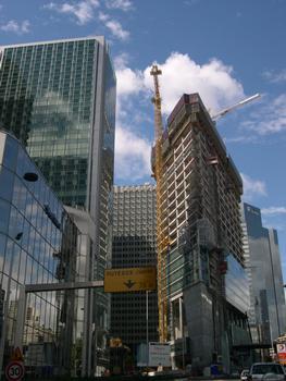 Paris-La Défense à gauche Tour CB16 en rénovation (117m) à droite Tour CBX en construction (143m) Pris depuis le boulevard urbain