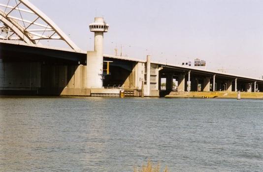 The van Brienenoordbrug controlpost with the Basculebridge