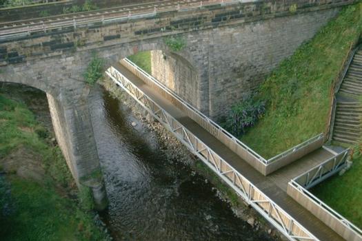 Water of Leith, Fußgängersteg und Eisenbahnbrücke.