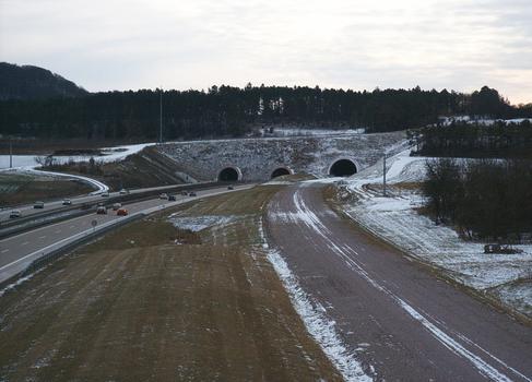 Tunnel de Behringen, portail nord. A droite le tunnel ferroviaire, à gauche le tunnel autoroutier