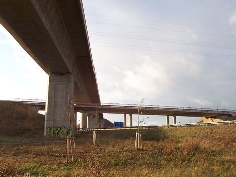 Geratalbrücke, Ichtershausen. Mittlere Ebene die Brücke der Kreisstraße K20 zwischen Ichtershausen und Molsdorf