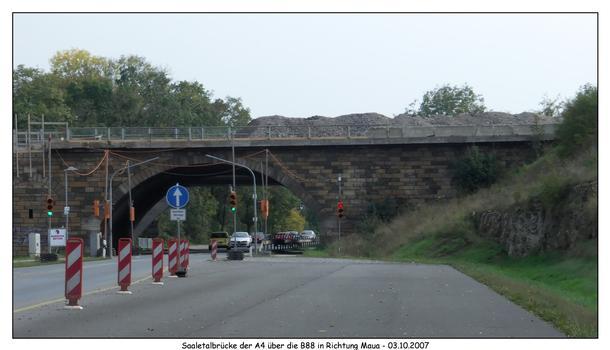 noch steht der alte Brückenbogen über die B88 - er soll am WE des 8.-9.12.2007 abgerissen werden, damit die B88 4-spurig ausgebaut werden kann Richtung Kahla