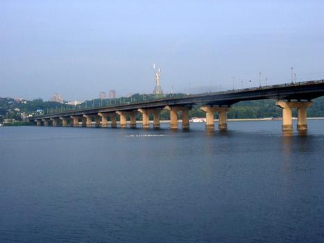 Ukraine, Kiew, Brücken, Paton Brücke, 1953 nach Plänen von Evgenij Paton gebaut, 1500m lang und 28m breit, erste geschweisste Brücke in Sowjetunion