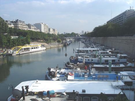 Arsenal-Hafen von der Metrostation Bastille aus gesehen