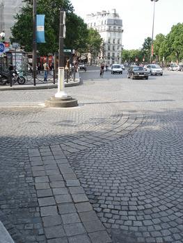 Place de la Bastille. Vestiges de la Bastille marqués au sol