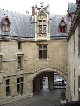 Hôtel de Sens. Entrée vue de l'escalier à vis