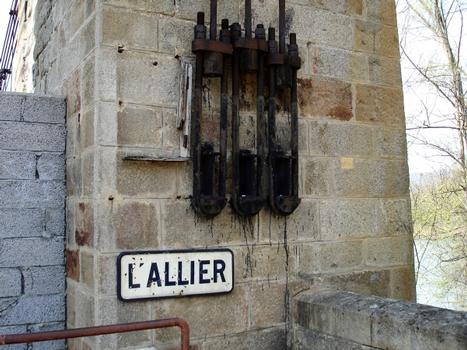 Pont suspendu de Parentignat. Ancrages et tirants des haubans en câbles d'acier ajoutés par Arnodin