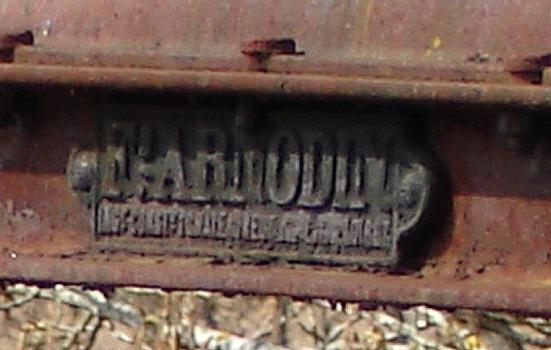 Pont suspendu de Parentignat. Plaque Arnodin posée lors de l'ajout des haubans. »Ferdinand Arnodin, ingénieur constructeur à Châteauneuf-sur-Loire (Loiret)»