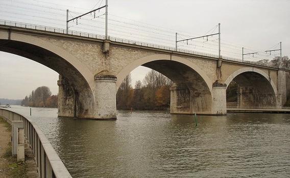 Seinebrücke der Eisenbahn zwischen Le Mée-sur-Seine und Dammarie-lès-Lys (bei Melun)