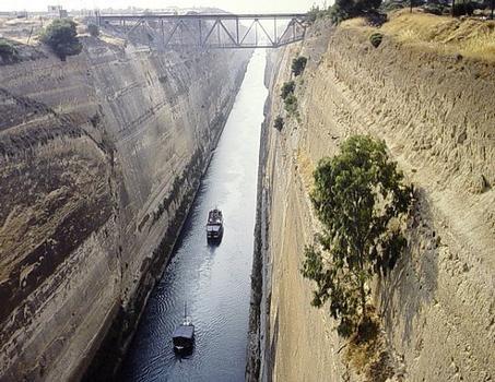 Canal de Corinthe. Pont ferroviaire, vu du pont routier. Vue vers l'ouest (Corinthe)